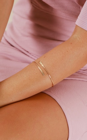 Feel So Good bangle in gold