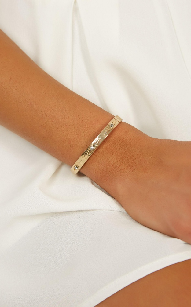 /q/u/queen_of_the_castle_bangle_in_gold_1_.jpg